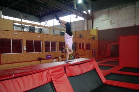 Andrzej Szczubkowski pierwszy raz na trampolinie a już na jednej ręce staje.