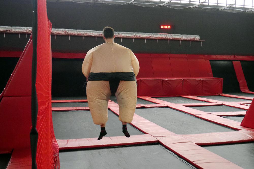Podskoki na trampolinie w wykonaniu sumo skoczków