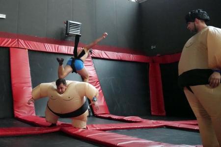 Mały sumo przeskoczył nad dużym w Parku Trampolin w Hangarze 646