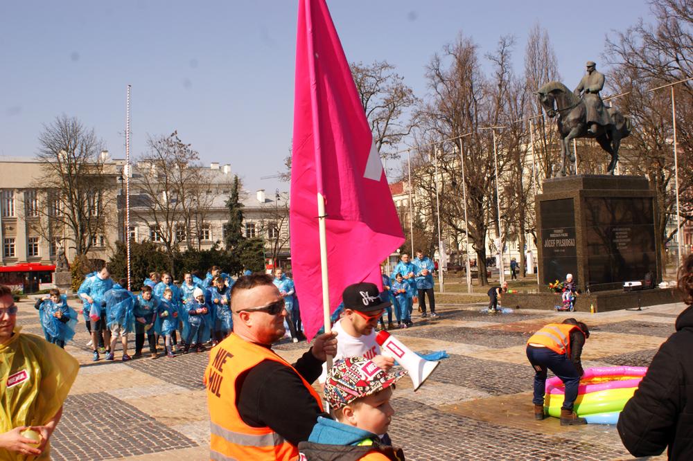 Flaga Niemula powiewająca na wietrze