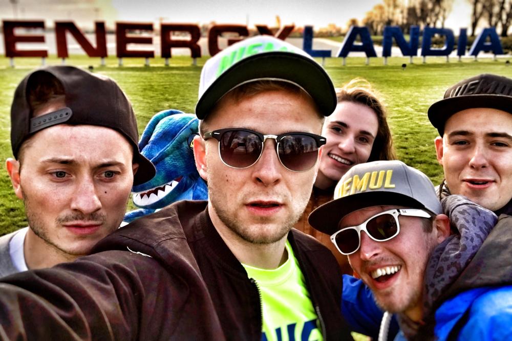 Selfie teamu Niemula na tle napisu