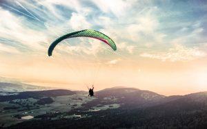 człowiek lecący ze spadochronem